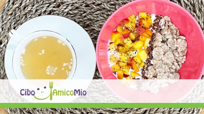 Yogurt magro con frutta, cereali, semi e erbe accompagnato da infuso a base di zenzero, limone e cannella