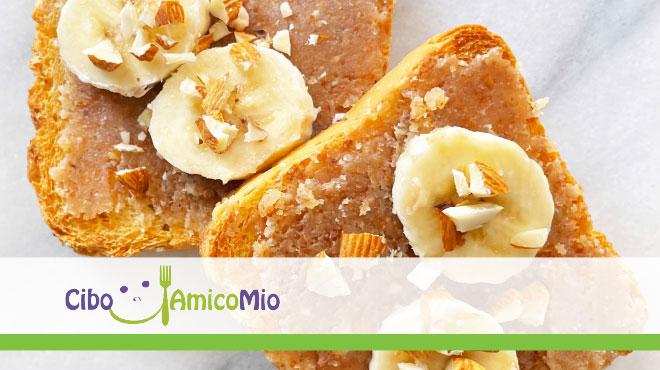 Fette biscottate integrali con crema di mandorle e banana